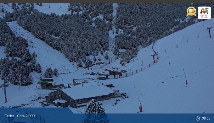 ¡Buenos y blancos días en el Pirineo Aragonés!  Acumulados de algo más de 10cm en cotas superiores a los 2000m, 5cm a 1800. Esta semana será importante de cara a la apertura de nuestras estaciones en el puente de la Inmaculada.