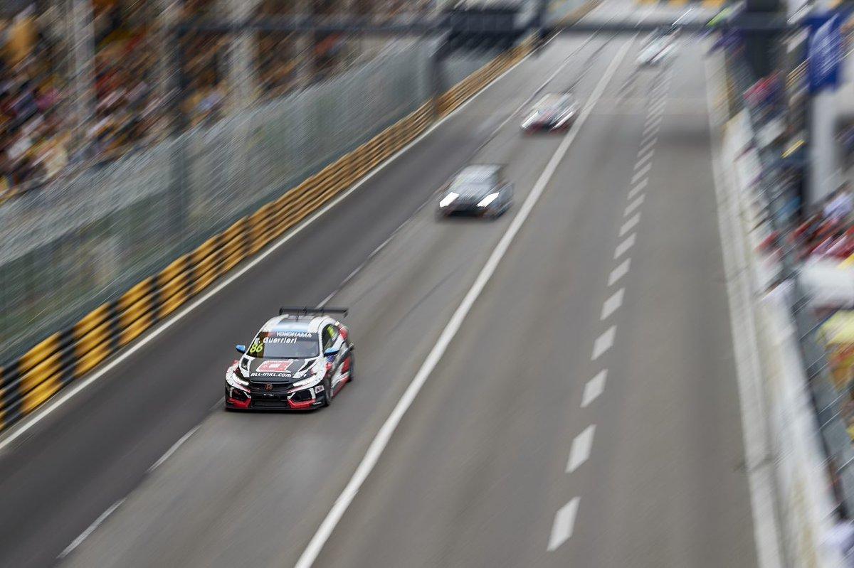 #WTCR シーズン最終戦はマカオの市街地コースで3レースが開催されました。Honda Civic Type R TCR勢は、1・2レースでポイントを重ねると、最終レースでグエリエリ選手が優勝! 素晴らしい結果でシーズンを締めくくってくれました^^ 最終戦のレポートはこちら →https://t.co/mJAVVNtLRg