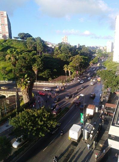 #19Nov 7:15am Fuerte retraso en la la línea 1 del metro. La gente camina por la Av Sucre hacia el centro - @ggrassa