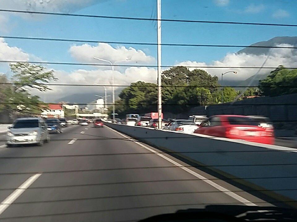 via @RAGP05: #AFF Libre del ciempiés a Petare. Via centro trafico lento. 8.10 am   https://t.co/6hI1KRQsHO