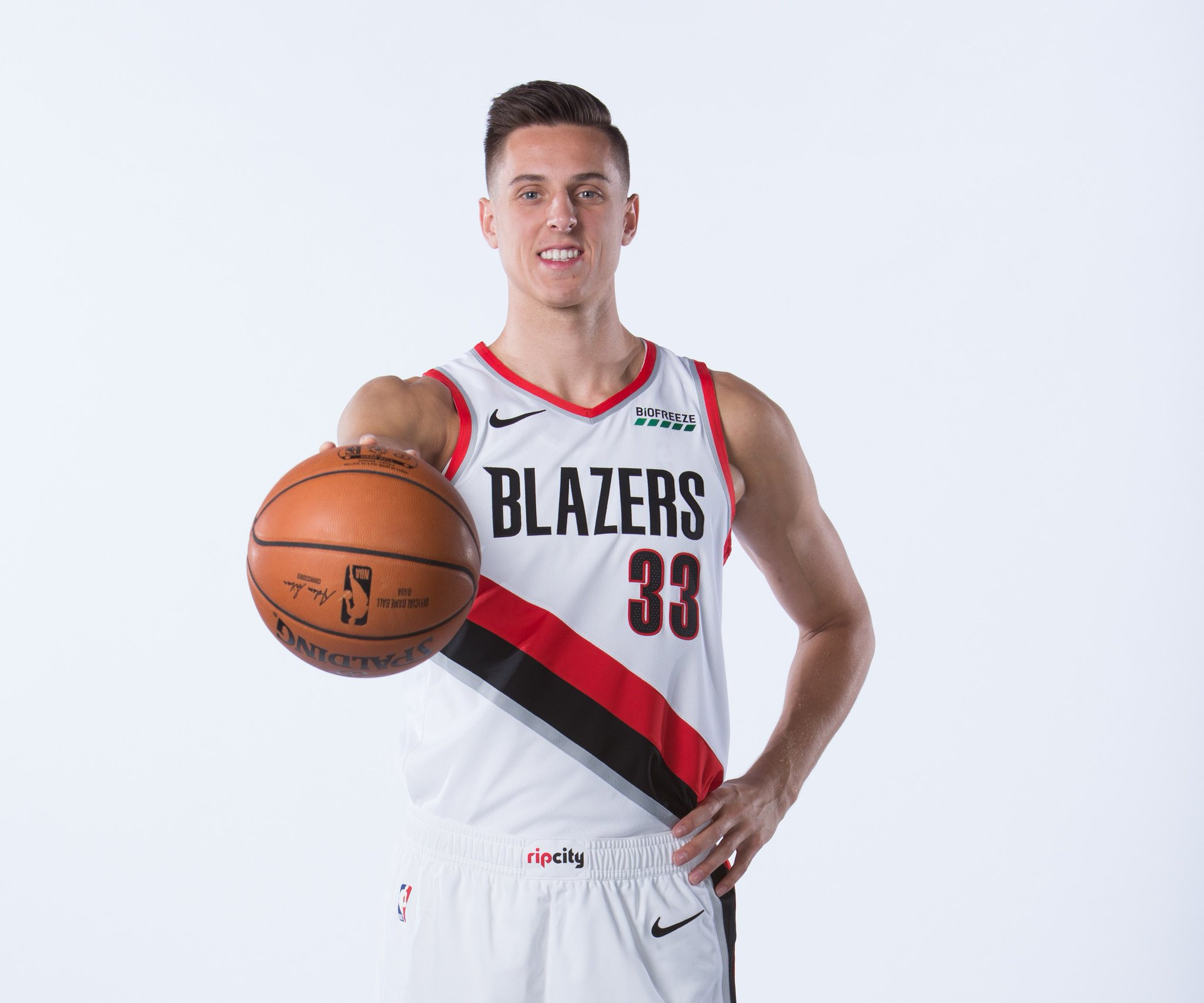 Join us in wishing @zcollins_33 of the @trailblazers a HAPPY 21st BIRTHDAY!   #NBABDAY #RipCity https://t.co/CvIkSKdyHJ