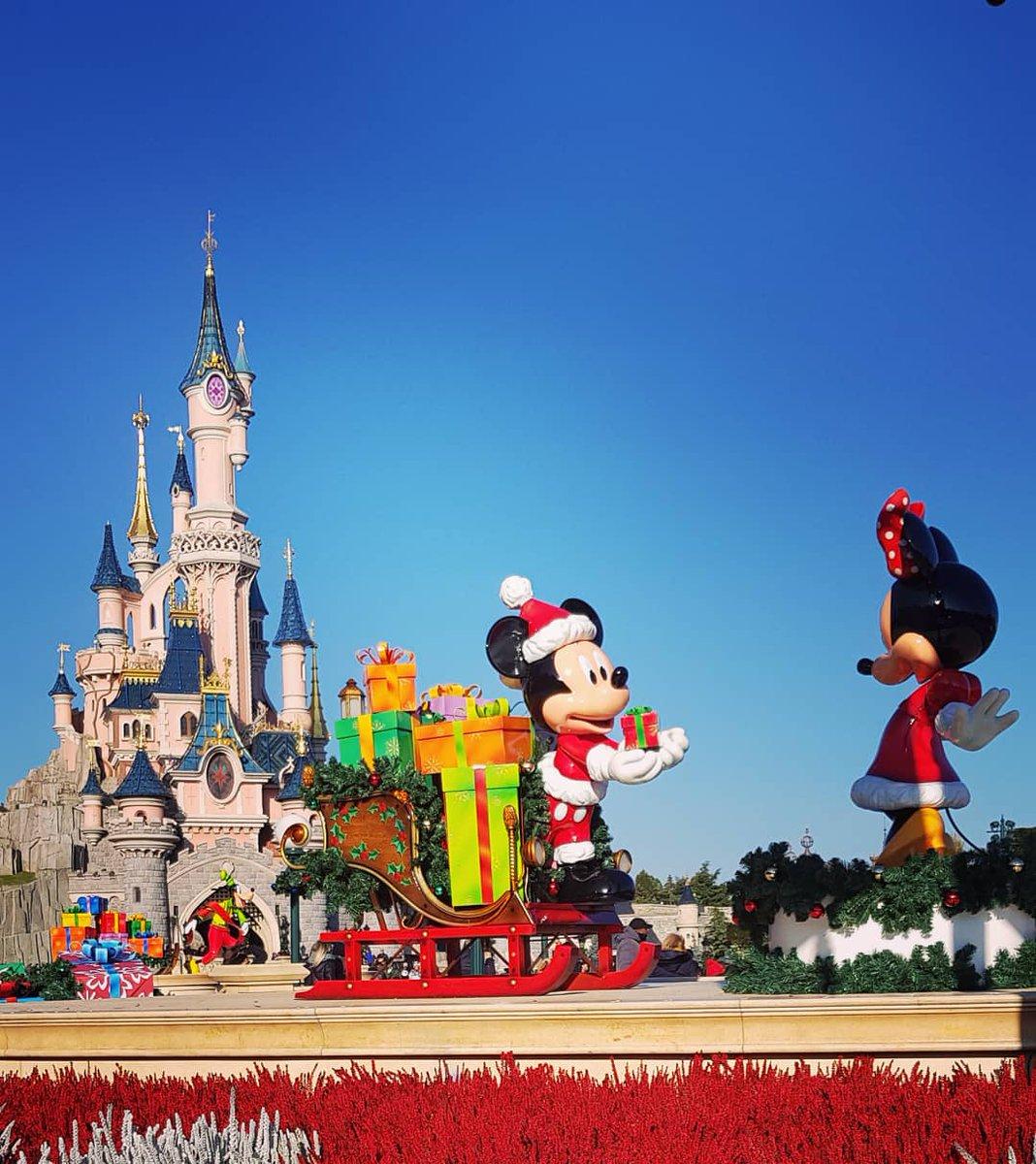 Un noël magique à @DisneylandParis et encore Joyeux Anniversaire Happy Birthday à notre Mickey Mouse 😍