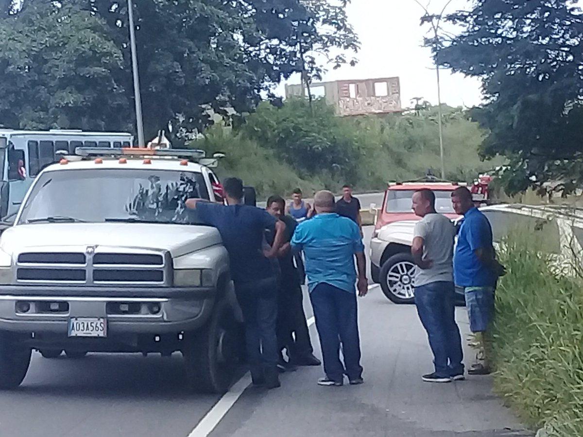 via @M_Ferrandina: Camioneta en cuneta 1; 05 pm, curva la pantaleta sentido valencia. Full cola  https://t.co/UIdFR1lEFA