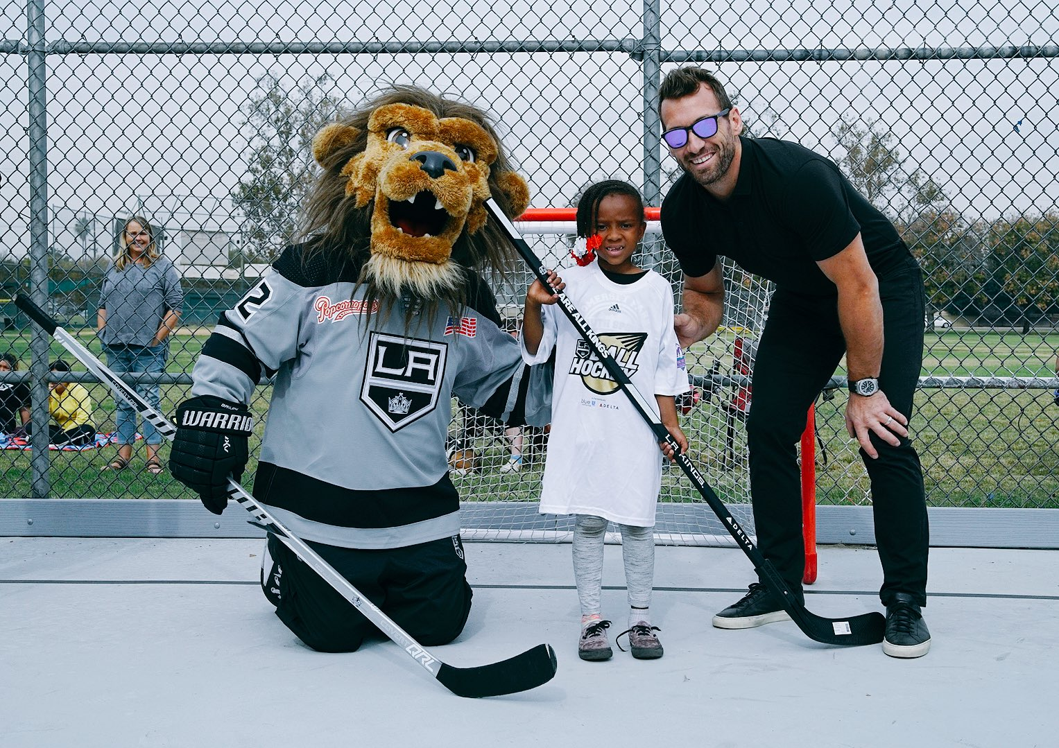 A fun day of LA Kings ball hockey at Heartwell Park with @BaileyLAKings and @jarretstoll ❤️ https://t.co/6IjvQpJgMN