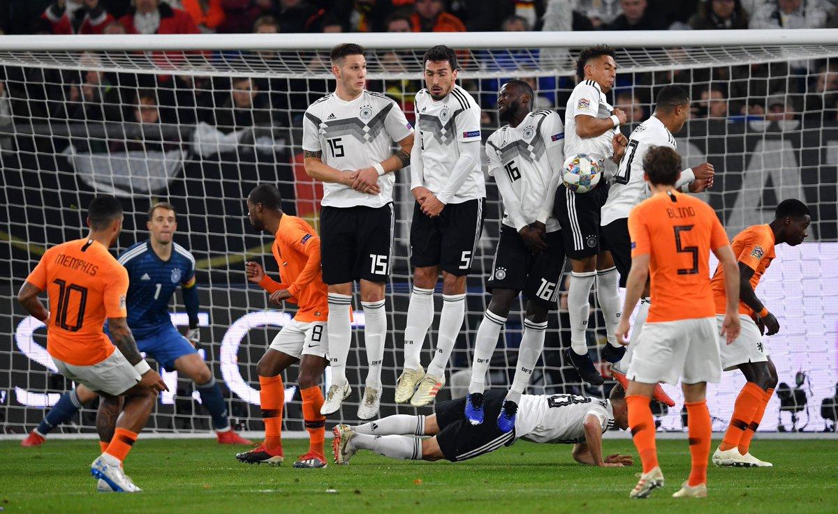 30' Eine halbe Stunde ist gespielt: Vorn ist das DFB-Team höchst effizient, hinten wird das Tor mit allen Mitteln verteidigt. Verdiente Führung! #DieMannschaft #GERNED 2-0