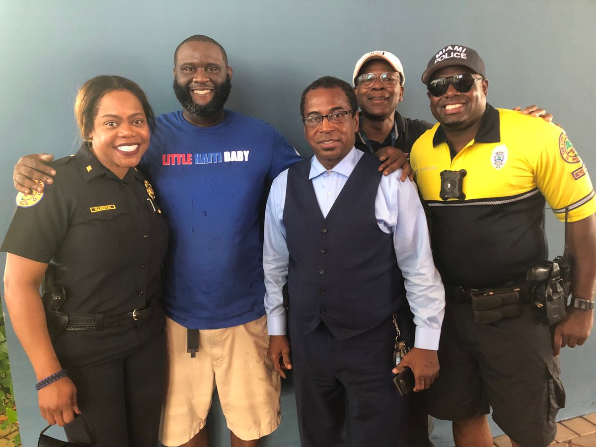 Turkey giveaway ⁦@LHCCmiami⁩. Thanks ⁦@Revis24⁩ for your commitment to the Little Haiti community