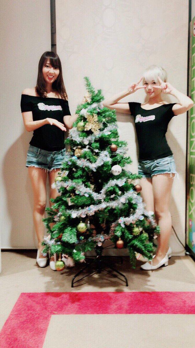すっかり店内はクリスマス仕様です🎄 本日のUta-chan(@chihara_ala)とARISAちゃん(@ARISA61349519)です。 ラストの稼働は19:00〜20:00です。  #ヒッポクイーン #hippo  #Utachan #ARISA #パチンコ #スロット #パチイベ