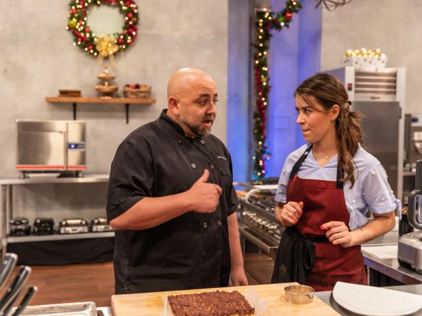 .@DuffGoldman's helping out in the kitchen! #HolidayBakingChampionship https://t.co/VpHA00DqbG