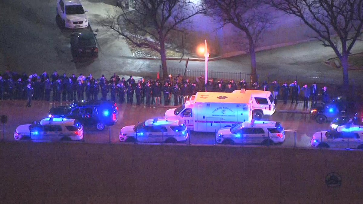 Moment of silence as Chicago police officers and firefighters line the streets in honor of fallen Officer Jimenez https://t.co/xqOuqlFHa8