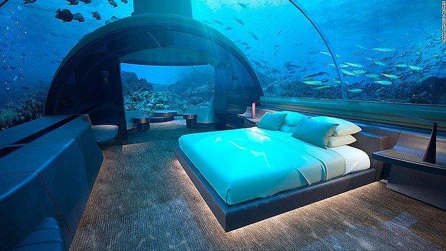 【素敵】世界初、海の中に泊まれるコテージ モルディブにオープン   深さ約5mの海底に建つ2階建ての施設で、水面の上にある2階のデッキで日光浴を楽しむこともできるという。