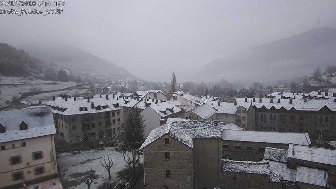 Nevando por encima de 800/900m en el #Pirineo navarro y aragonés. 🎥Webcams de @infonieve y @CyNPirineos #Broto #PueyodeJaca #SelvadeOza #Canfranc