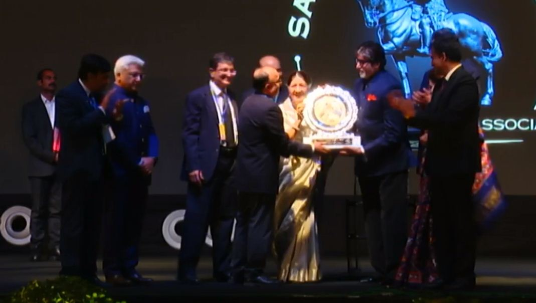 Amitabh Bachchan receives Sayaji Ratna Award in Vadodara, remembers parents, recites father's poem 'Agnipath'