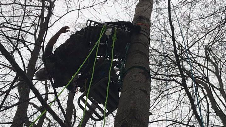 Hunter rescued from tree stand after two hours of dangling upside-down https://t.co/9goK4XeDLN https://t.co/uLZh9BQgoH