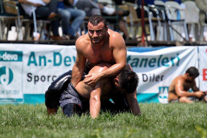 В Турции есть национальный вид спорта - борьба Киркпинар. Два мужика борются в масле, в 13-килограммовых эластичных штанах. Побеждает тот, кто поднимет противника, либо прижмёт к земле. Поэтому самый действенный метод - это засунуть противнику руку в штаны и мучать его. Фото