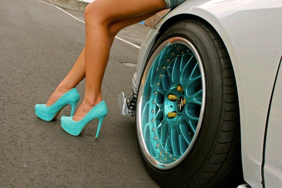 картинки машин с женскими ногами два