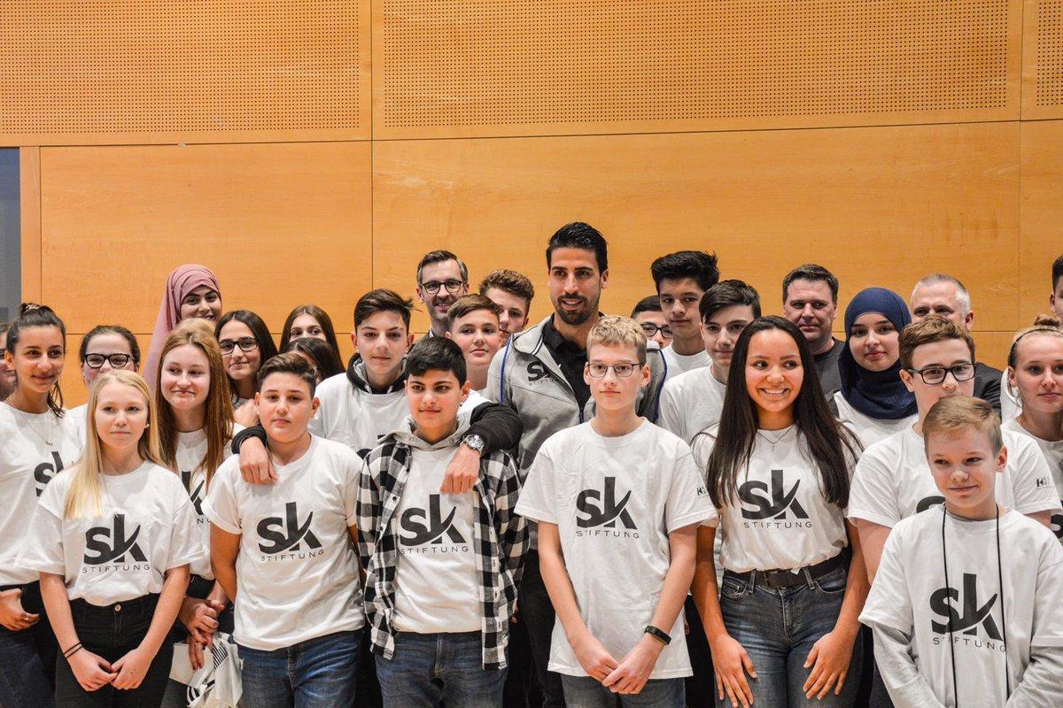 Es hat mich sehr gefreut, gestern Zeit mit einigen der 120 Schüler zu verbringen, die an der Nachhilfe-Aktion teilgenommen haben. Danke an das Kolping-Bildungswerk und die vier Schulen, die an der Aktion teilgenommen haben. #SamiKhediraStiftung #Stuttgart #Zukunft