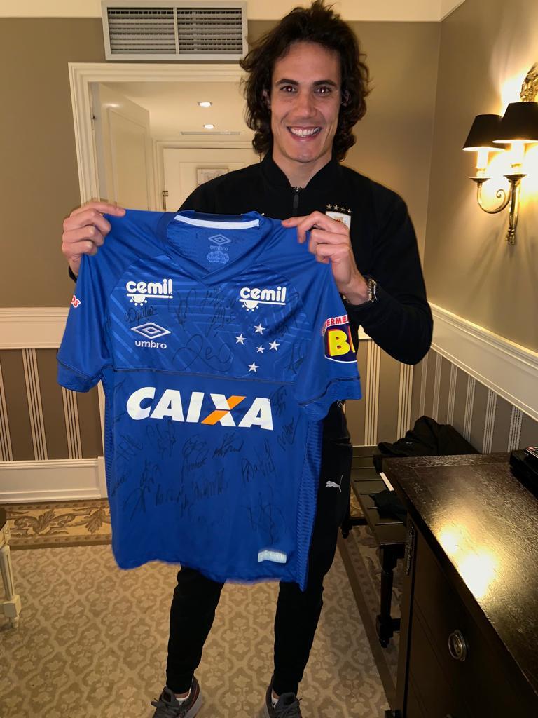 Nosso camisa 10 @GiorgiandeA presenteou o atacante @ECavaniOfficial com um manto azul celeste personalizado.
