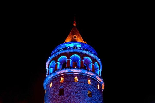 İBB, 20 Kasım Dünya Çocuk Hakları Günü dolayısıyla Galata Kulesi, 15 Temmuz Şehitler Köprüsü, Fatih Sultan Mehmet Köprüsü'nü mavi ışıkla aydınlattı. Fotoğraf