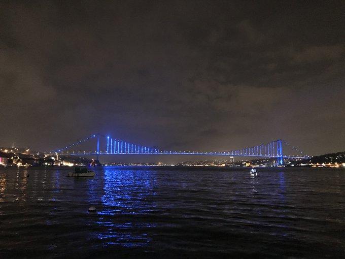 20 Kasım Dünya Çocuk Hakları Günü dolayısıyla, Galata Kulesi ile Fatih Sultan Mehmet Köprüsü ve 15 Temmuz Şehitler Köprüsü mavi renkte ışıklandırıldı. Fotoğraf