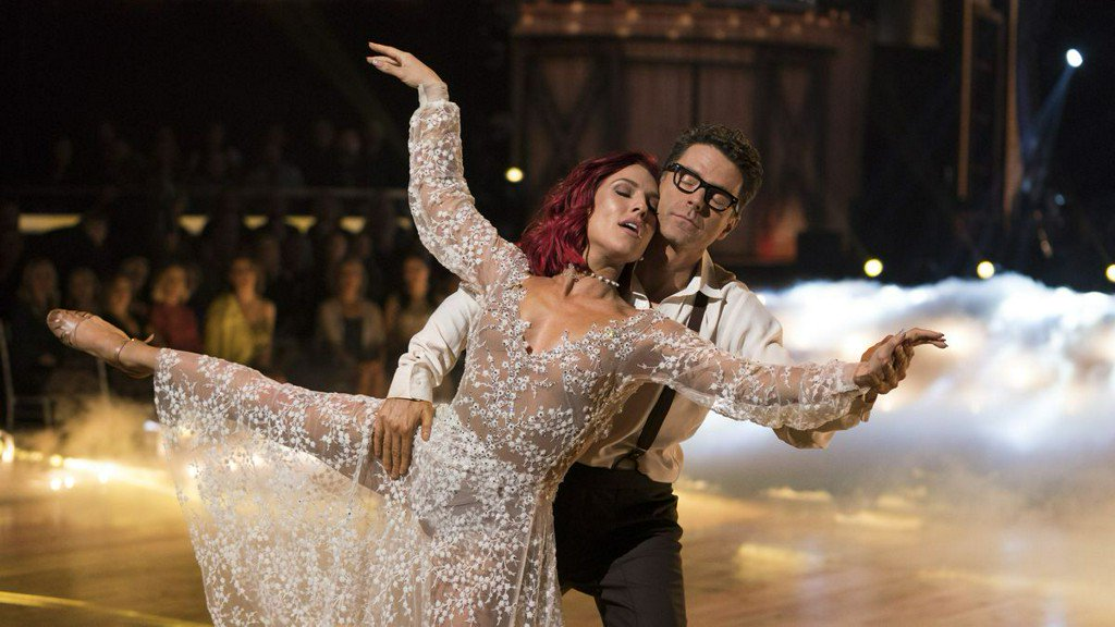 Bobby Bones wins 'Dancing With the Stars' season 27, causes major uproar https://t.co/6dMSaCxdDG https://t.co/EwRxTimi2p