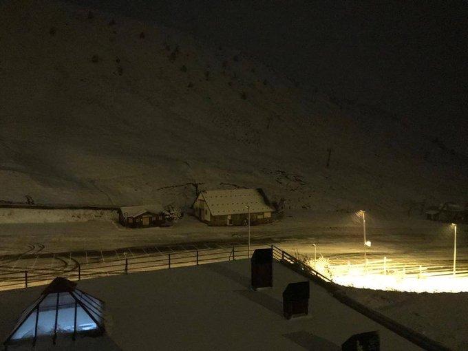Voici quelques images nocturnes, en direct de la station de ski de #Astun. De quoi faire de beaux rêves !! 😴⛷️😴 #winteriscoming #leskialespagnole #skipyrenees #somport #neige