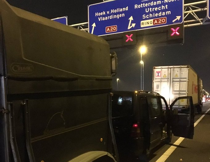 Busje met paardentrailer klapt op vrachtwagen https://t.co/HsjrZtEFrg https://t.co/fVuWvNplJb