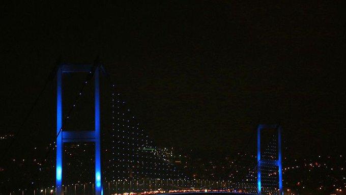 20 Kasım Dünya Çocuk Hakları Günü dolayısıyla Galata Kulesi, 15 Temmuz Şehitler Köprüsü, Fatih Sultan Mehmet Köprüsü'nü mavi ışıkla aydınlattı Fotoğraf