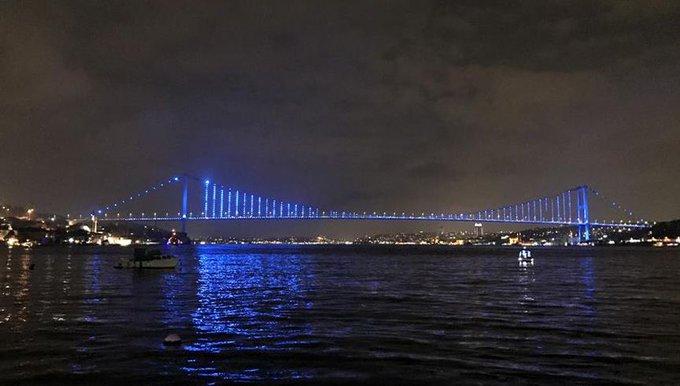 Galata Kulesi, 15 Temmuz Şehitler Köprüsü ve Fatih Sultan Mehmet Köprüsü, 20 Kasım Dünya Çocuk Hakları Günü dolayısıyla mavi renkte ışıklandırıldı Fotoğraf