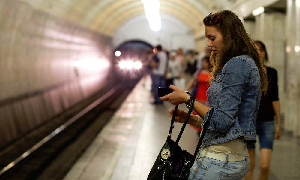 Красивое фото девушек в метро #15
