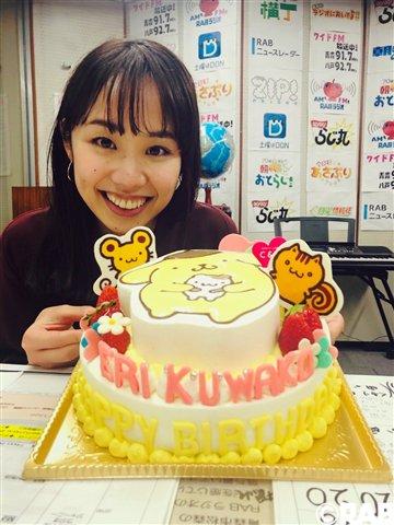 【GO!GO!らじ丸】11/21(水)  メッセージテーマ「嬉しはずかし誕生日エピソード!」 と、言うのは桑子アナの誕生日なんです スタッフ一同からの誕生日ケーキに囲まれ幸せそうな桑子アナ  #らじ丸 #RABラジオ #桑子英里 pic.twitter.com/WmTMtYMX5P