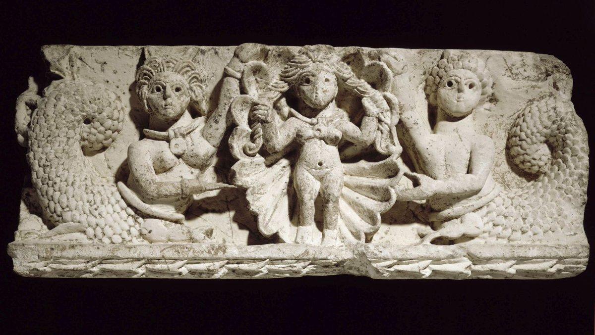 [#UnJourUneOeuvre]   Nue dans sa coquille, Aphrodite tord vigoureusement ses longues mèches de cheveux pour en extraire l'eau de mer. Aphrodite fut honorée par les grecs d'Egypte comme par les égyptiens.   ☛ https://t.co/wtItckKTOP #AntiquitésEgyptiennes