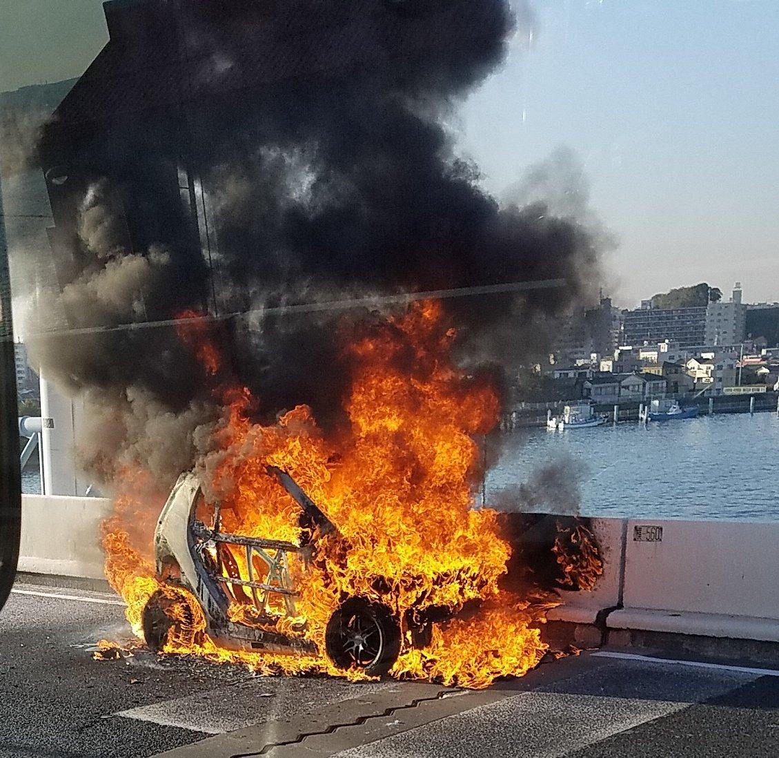 首都高の神奈川1号横羽線上りで車両火災の現場画像