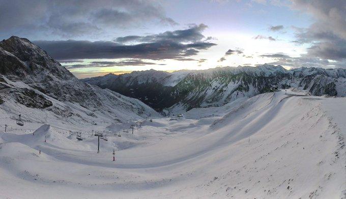 Douceur fraîche depuis les crêtes du Lys, le spectacle matinal est magique sur les #pyrenees et le @PicduMidi belle journée à tous.