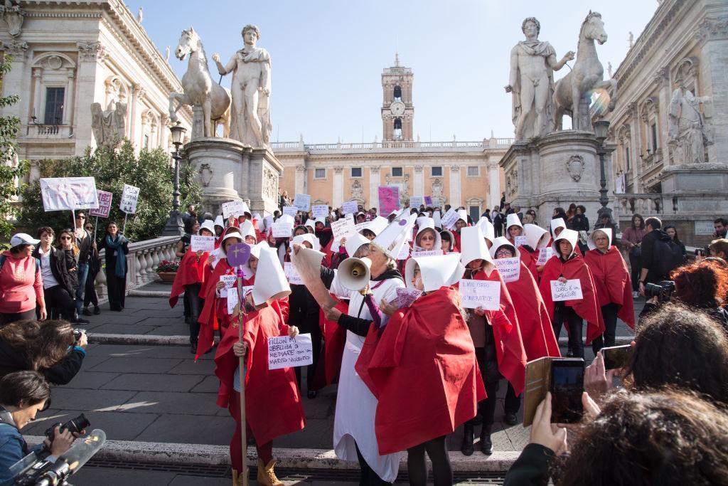 L'accès à l'avortement est un droit en Italie depuis 40 ans. Un droit de plus en plus malmené. L'objection de conscience est brandie par plus de 70% des médecins italiens. Sans compter les pharmaciens qui refusent de vendre la pilule du lendemain. https://t.co/1FKfjDk077