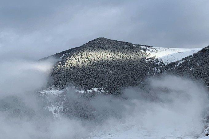 Así amanece en Cerler, la jornada de ayer nos ha dejado una buena capa de nieve.
