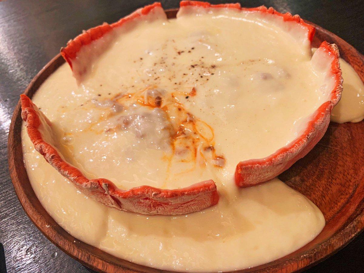 【Ark】 @東京:新宿駅から徒歩4分  圧倒的チーズの海が広がるシカゴピザを食べられるお店。 今まで人生で見たことないくらい大量のチーズが迫りくる! 濃厚チーズはトロトロに伸びていき、中のミートソースとの相性も最強✨ ボリューム満点で全てのチーズ好きに絶対食べてほしい逸品🎶