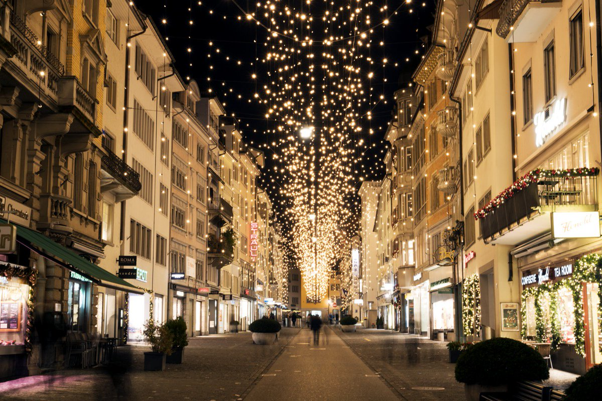 """Zürich Tourism a Twitteren: """"Thursday, 6pm sharp🕕 --> Switching on of «Lucy», Zurich's magical Christmas lighting at Bahnhofstrasse✨✨. Watch the spectacle in Zurich's famous shopping street and enjoy some late-night shopping afterwards🙌."""