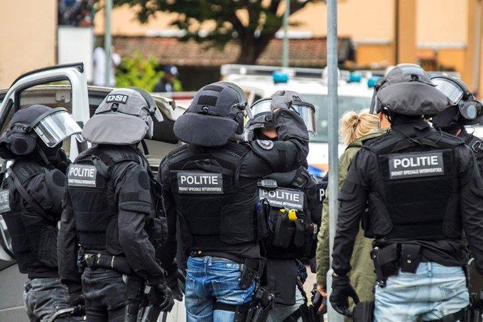 Grote politieactie tegen motorbende Caloh Wagoh https://t.co/ptzr8NOyyD https://t.co/PerrQpTsxs