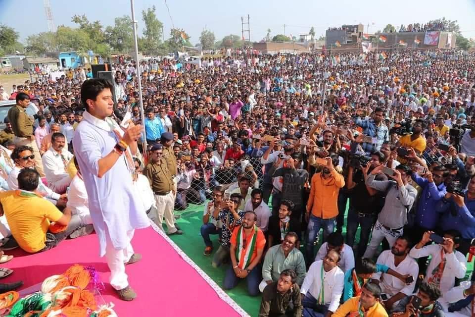 ये भीड़ नही है ये तो सिंधिया जी ओर महेंद्रसिंह जी कालूखेड़ा के अनुज श्री के के सिंह जी को चाहने वाले जावरा क्षेत्र के समझदार भाई और बहने है। जय हो वक्त है बदलाव का