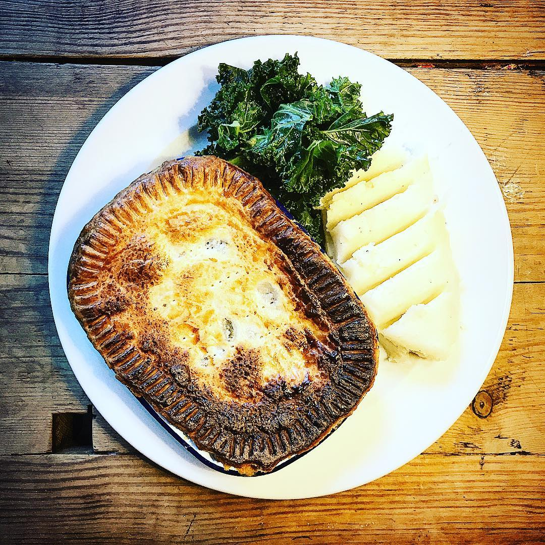 #steak & @VoldenBrews #ale #pie with #mash #potato and #kale 😋🥧😋 #fresh #food #freshfood #foodie #foodies https://t.co/Fty17a3awh