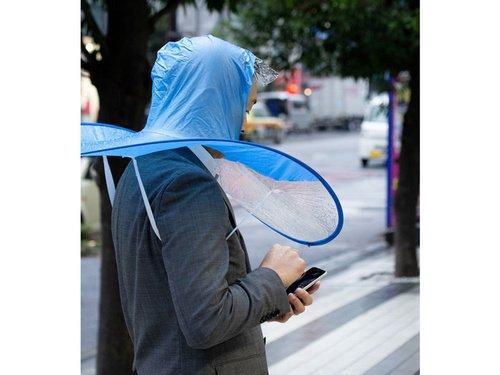 【シュール】頭に被って両手が使える「手ぶら傘」が爆誕 傘の部分は半透明になっており、スマホを使う際もスムーズ。強靭なメンタルを持ち合わせる人に便利な一品です。価格は税別500円。