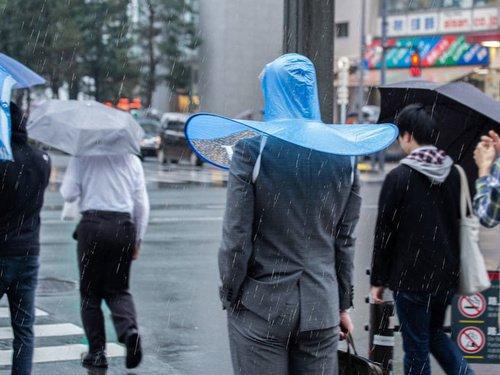 衝撃的!!頭に被って使う「手ぶら傘」が登場ww便利だけど使う勇気が・・・