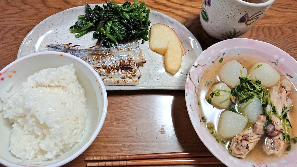 今日の晩御飯は、太刀魚の焼き魚、ほうれん草のごま和え、鳥手羽先と大根のスープ煮、ネギの酢味噌和えでした。大根美味しい……!ネギの酢味噌和えのレシピはこちら。  #cookpad