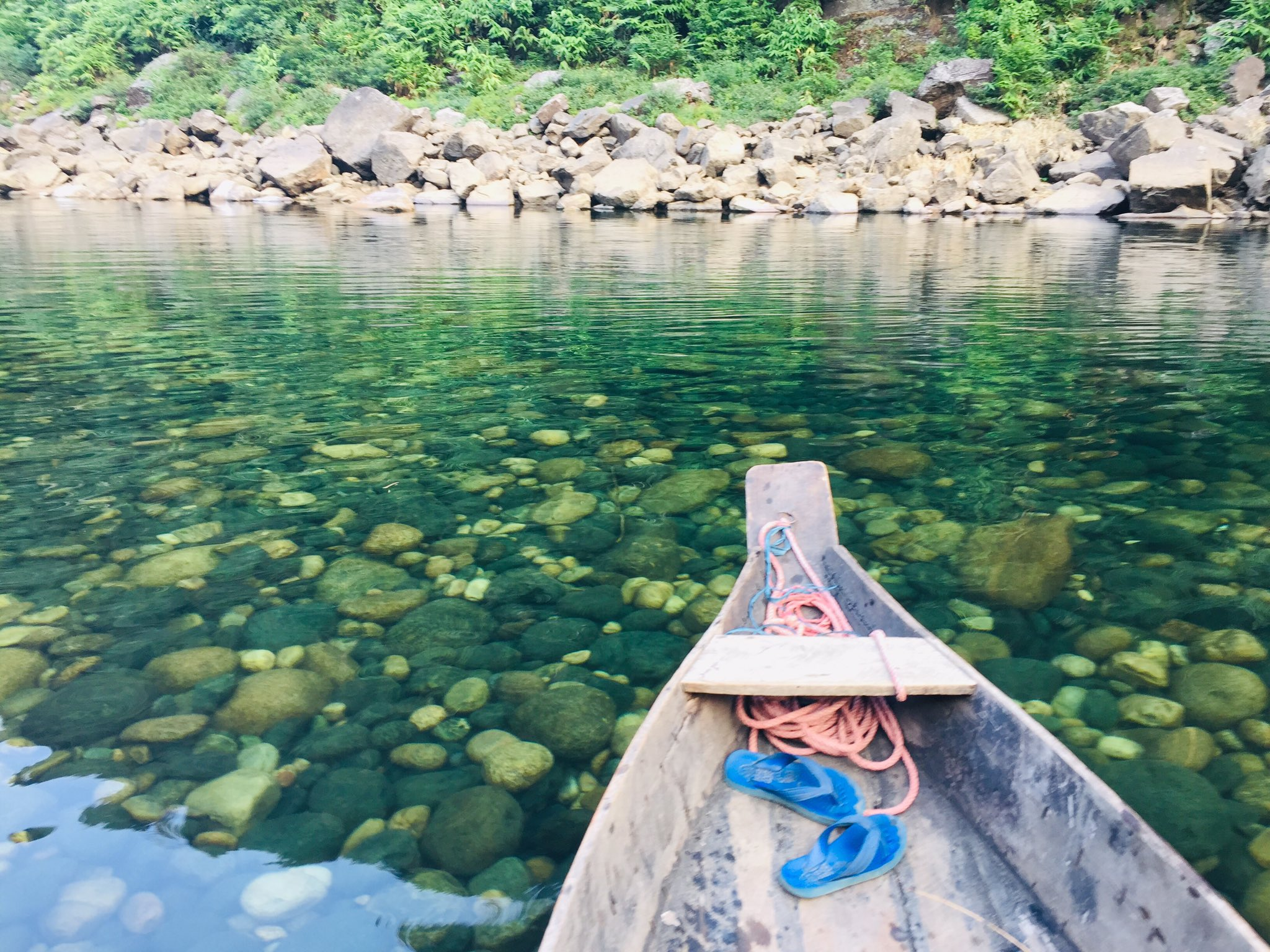 Umngot River: अगर मेघालय की यात्रा करने का है शोक, तो उमंगोट नदी देखना न