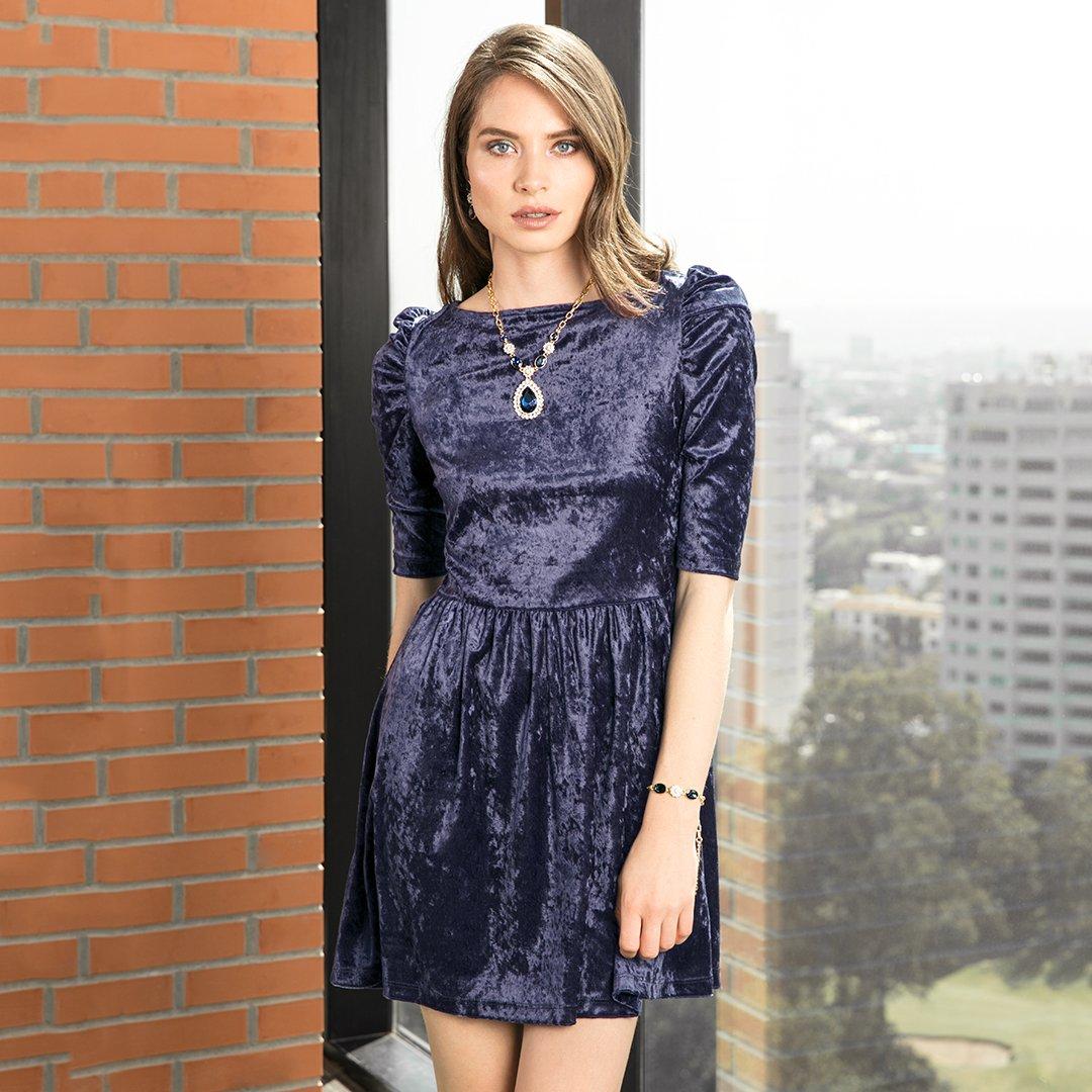 Un estilo que te hará lucir totalmente a la moda de acuerdo a la temporada, es utilizar las prendas que tienen tela de gamuza como este vestido.  ¿Cuál es tu prenda favorita de la temporada? ☃️🏔   https://t.co/uaCGjgY0gc https://t.co/bAbJK56Wys