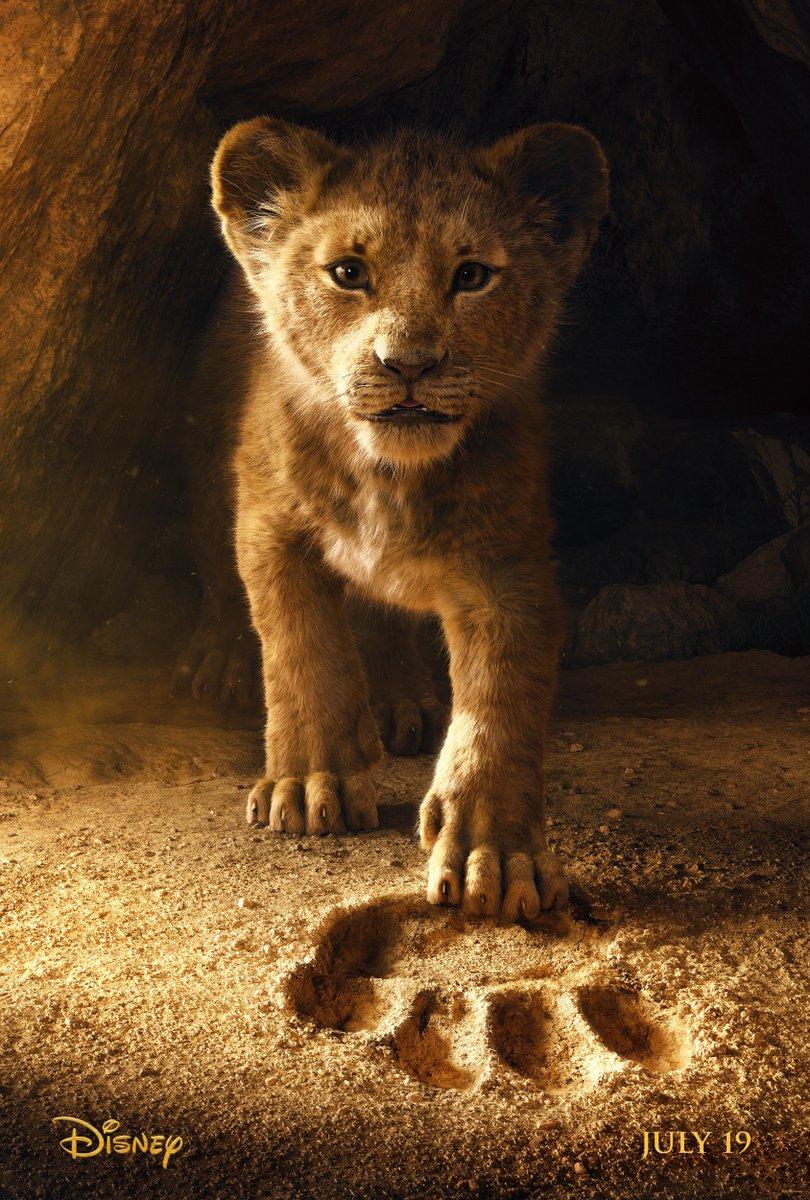 Simba no primeiro pôster oficial de O Rei Leão. 🦁 #TheLionKing https://t.co/nJ18vu2EcS