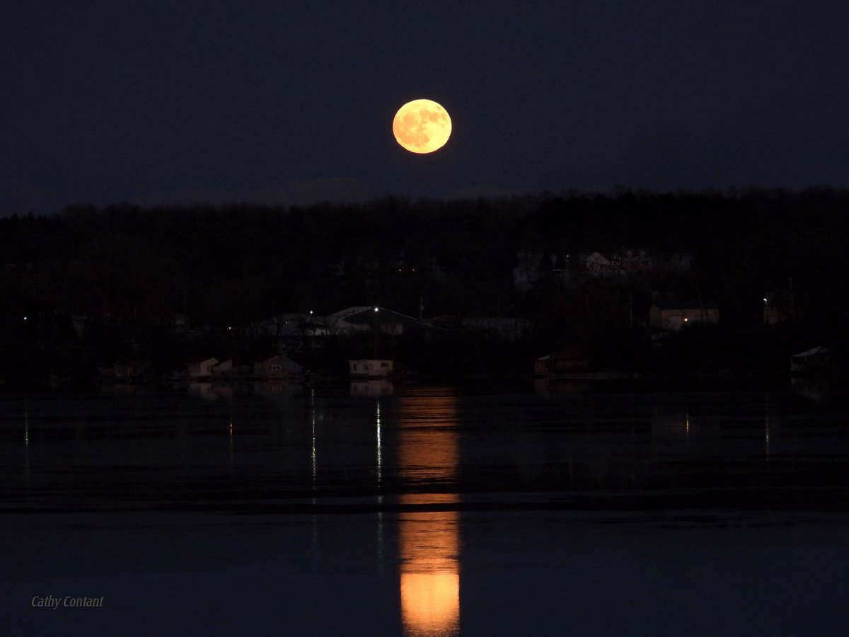 Beaver Moon overlooking the lake (photo)