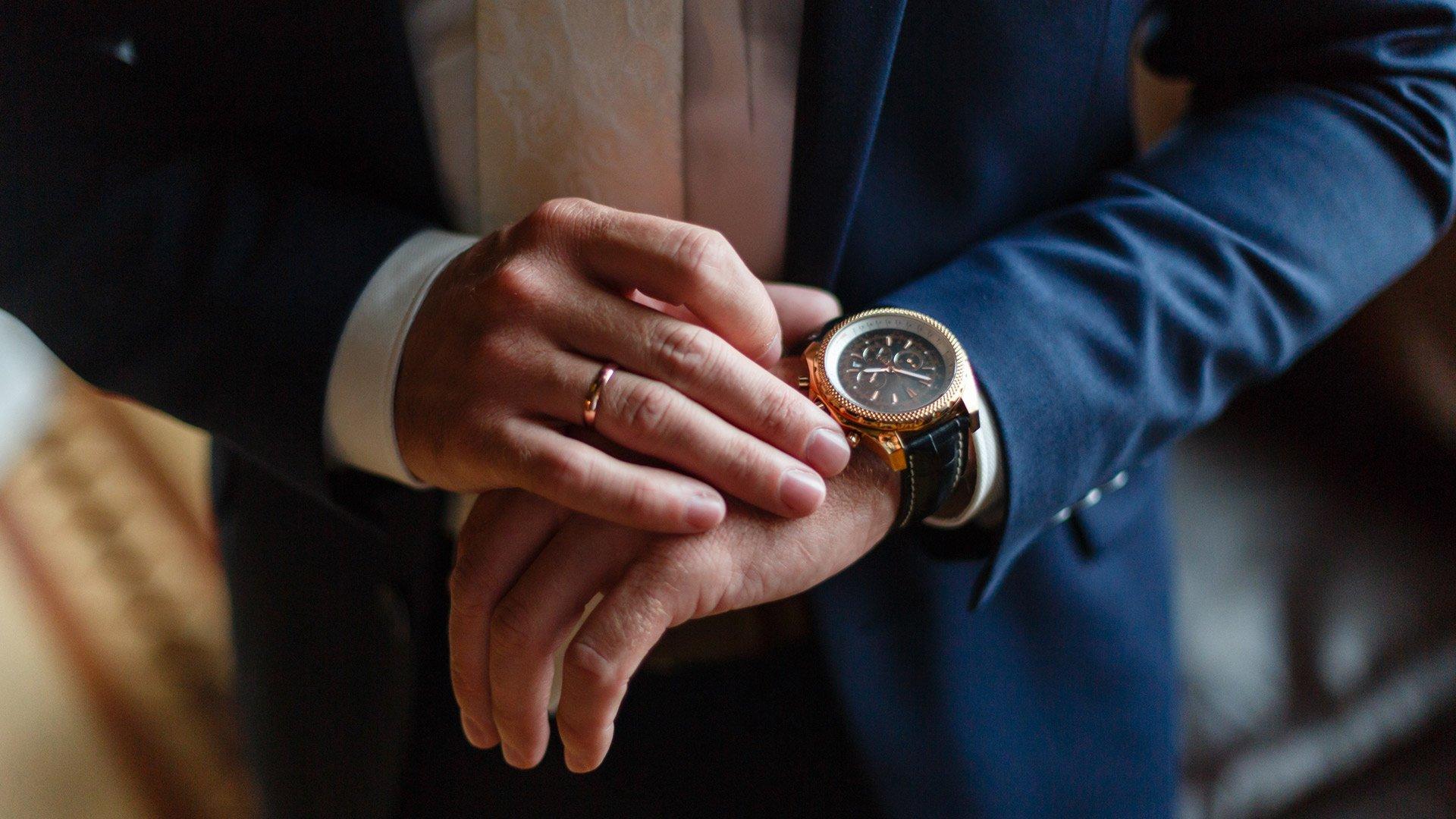 Мужские часы на руке