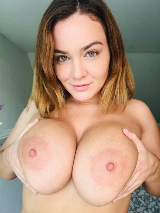 Morning sunshines! Retweet if you love #boobs! 💕 https://t.co/I1DxfPt1zM