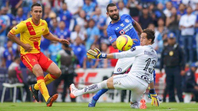 Super Líder Cruz Azul derroto 2-0 a los Monarcas